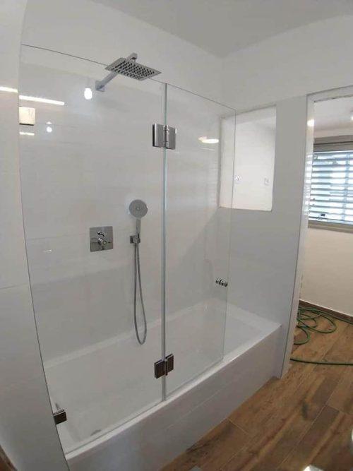 אמבטיון קבוע ודלת עם צירים