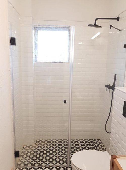 מקלחון חזית קבוע ודלת עם צירים