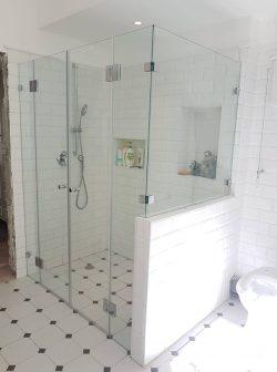 מקלחון לפי מידה קבוע ושתי דלתות עם צירים