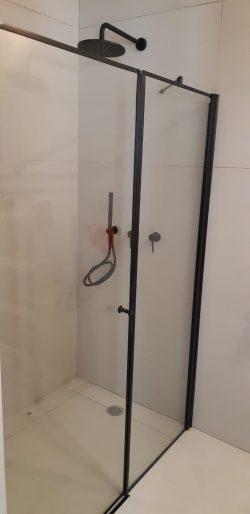 מקלחון חזית קבוע ודלת פרזול שחור