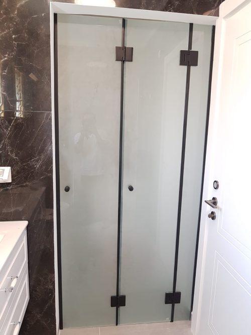 מקלחון לפי מידה קבוע ודלת הרמוניקה פרזול שחור