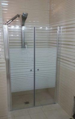 מקלחון חזית שתי דלתות IN/OUT מידה 150-155 מידה מיוחדת