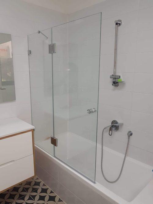 אמבטיון קבוע ודלת לפי מידה עם צירים Bathline