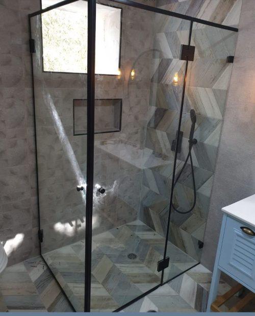 מקלחון לפי מידה קבוע ושתי דלתות עם צירים פרזול שחור